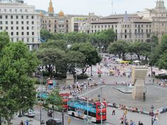 La Plaza de Catalunya de Barcelona (Plaça Catalunya o Plaza Cataluña) es el centro neurálgico de la ciudad. Es considerado por todos su punto más céntrico y, además, une el famoso barrio del Eixample con las Ramblas y la parte más antigua de la ciudad. Lógicamente, y como no podía ser de otra forma, la Plaça Catalunya también está rodeada de hoteles cerca de la plaza.