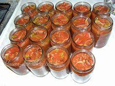 Fotorecept: Fazuľové lečo Ingrediencie  cibuľa - 1 kg paprika - 1 kg paradajky - 1 kg suchá fazuľa - 1 kg olej - 2 dl kryštálový cukor - 200 g ocot - 1 dl Deko - (preosiate) paradajkový pretlak - (400 ml) 2 ks Uvaríme fazuľu v slanej vode do polomäkka. Necháme vychladnúť. Nakrájame zeleninu na kúsky. Na oleji urestujeme cibuľu. Pridáme papriku a paradajky. Pridáme uvarenú fazuľu. Spolu chvíľu podusíme, potom pridáme 2 veľké rajčinové pretlaky a preosiate Deko. Zamiešame a naplníme poháre…