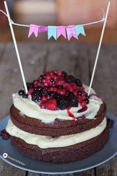 Supersaftiger Schokokuchen mit weißer Schokofrischkäsecreme und leckeren Waldbeeren = Schokotraum Torte! Eine leckere Geburtstagstorte