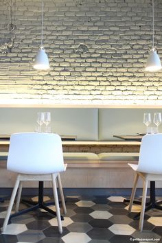 La luz y las sillas This looks very much like our loft brick, or as we like to call it 'manchester' white washed brick 551 Decoration Restaurant, Restaurant Design, Restaurant Bar, Oriental Restaurant, Café Bar, Commercial Design, Commercial Interiors, Hotel Romantique Paris, Banquette Seating