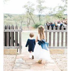 Todo amor do mundo por essas mini fofurinhas combinando e usando azul marinho! Um charme! ❤️ - 🇨🇦 All love in the world for these little ones. Aren't them cute? #berriesandlove #daminha #pajens #flowergirl #vancouverwedding