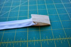 Neat Finish Window Pouch -- Sewing Tutorial by Roonie Ranching © 2013 Pouch Tutorial, Id Wallet, Zipper Pouch, Sewing Tutorials, Projects To Try, Window, Pouches, Quilting, Plastic