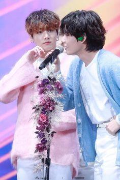 You see that true love in Jeongguk's eyes? Hoseok, Seokjin, Namjoon, Taekook, Jung Kook, Foto Bts, Bts Big Hit, Bts Texts, Golden Discs