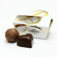 Packed with two individual chocolates of your choice, Butlers two chocolate box is an ideal wedding favour. Chocolate Wedding Favors, Edible Wedding Favors, Personalized Wedding Favors, Personalised Chocolate Gifts, Personalised Box, Hot Chocolate Cookies, Chocolate Box, Ireland Wedding, Sweet Box