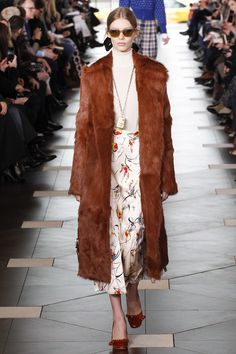 Here, see every look from the New York Fashion Week Tory Burch Fall 2017 runway show. Cozy Winter Fashion, Winter Fashion Outfits, Fashion Week, Fashion 2017, New York Fashion, Love Fashion, Fashion Show, Autumn Fashion, Runway Fashion