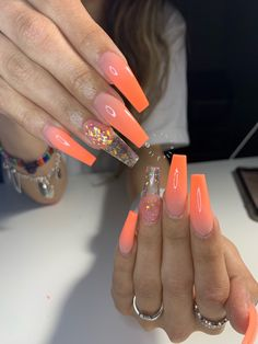 Semi-permanent varnish, false nails, patches: which manicure to choose? - My Nails Orange Ombre Nails, Orange Acrylic Nails, Best Acrylic Nails, Yellow Nails, Acrylic Nail Designs, Coffin Acrylic Nails Long, Halloween Acrylic Nails, Claw Nails, Aycrlic Nails