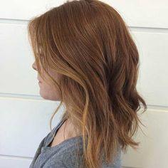 Melena larga y ondulada color castaño rojizo