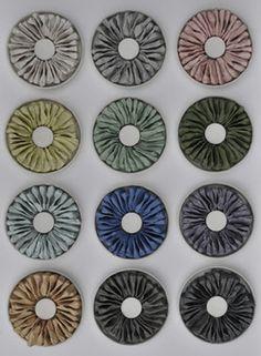 Installation de 12 cercles en porcelaine représentant les mois d'une année. Les sachets de thé utilisés sont trempés dans une porcelaine de couleur différente suivant les nuances saisonnières du jardin.