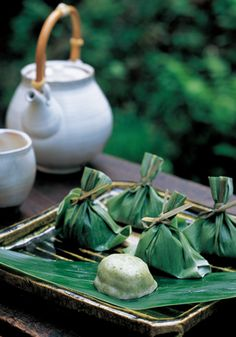 (similar to mochas but fluffier, wrapped in a bamboo leaf and stuffed with anko) stylish japanese food Japanese Sweets, Japanese Wagashi, Japanese Food, Desserts Japonais, Tienda Natural, Thai Dessert, Tea Culture, Japanese Tea Ceremony, Gastronomia