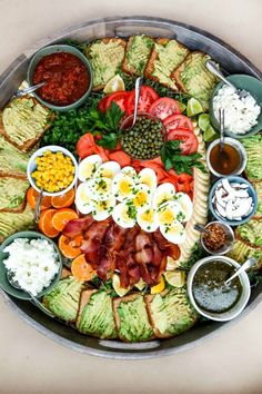 """This EPIC Avocado Toast Board is a delicious weekend breakfast to serve! Or, make it for lunch! Lunch is also casual and serving """"boards"""" is a cozy way to bring people together. Snack Platter, Platter Ideas, Snack Trays, Eat Breakfast, Breakfast Recipes, Breakfast Photo, Avocado Toast, Avocado Salad, Charcuterie And Cheese Board"""