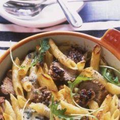 Fläskfilégratäng med penne och ädelost - recipe in swedish Penne Pasta, Pasta Salad, Something Sweet, Arugula, Recipe Of The Day, Japchae, Gourmet Recipes, Bacon, Food And Drink