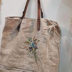 #햄프린넨가방#프랑스자수 #일산프랑스자수 #프랑스자수mimi #일산프랑스자수공방 #Embroidery#stitch#needlework #hamplinen bag #햄프린넨,라인,자수..모두다 느낌이좋은 가방완성!!~ #j.y님의 이모님께드릴 선물 ~🍀 Handmade Handbags, Handmade Bags, Burlap Purse, Embroidered Bag, Linen Bag, Basket Bag, Fabric Bags, Big Bags, Reusable Bags