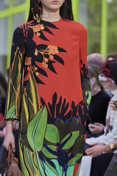See all the Details photos from Valentino Spring/Summer 2020 Ready-To-Wear now on British Vogue 2020 Fashion Trends, Spring Fashion Trends, Fashion 2020, Runway Fashion, Fashion Show, Fashion Looks, Fashion Tips, Fashion Design, Curvy Fashion