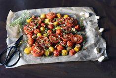 Ovnsbakte tomater med hvitløk og timian bruker lang tid i oven, men det krever ikke store innsatsen. Og resultatet er verdt å vente litt på!