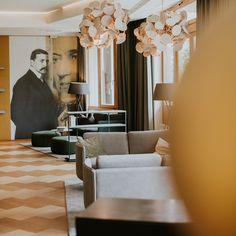 In unserer neuen Wortart. Die Lounge kann man gemütlich ankommen oder schöne Stunden mit hochkarätiger Literatur genießen. #hotel #österreich #salzkammergut #urlaub #hotels #austria #travel #hotellife #urlaubsreif #winter #hotelroom #reisen #hotelier #österreichzuerst #visitaustria #sonne #hoteldesign #österreicher #nature #urlaub2021 #hotelview #österreichisch #diewasnerin #auszeit #wasnerin #auszeiteln #wortartlounge @tinksi Hotels, Ceiling Lights, Curtains, Winter, Home Decor, Time Out, Literature, Sun, Viajes