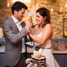 October's Real Wedding Round Up - Paris and Robert's Mexican chilli chocolate cake! #hitchedrealwedding
