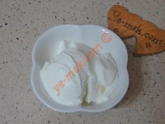 3 yemek kaşığı yağsız ya da az yağlı yoğurdu karıştırma kabına koyun. Üzerine 1 yemek kaşığı elma sirkesi ve 1 çay kaşığı pul biber ekleyip, iyice karıştı