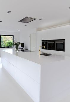 White dream of a kitchen! Clear lines, small details, huge space and minimalism makes this kitchen beautiful. White dream of a kitchen! Clear lines, small details, huge space and minimalism makes this kitchen beautiful. Kitchen Room Design, Best Kitchen Designs, Kitchen Cabinet Design, Modern Kitchen Design, Interior Design Kitchen, Kitchen Ideas, Kitchen Decor, Huge Kitchen, Kitchen Inspiration