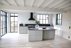 Minimalist Scandinavian, Scandinavian Kitchen, New Kitchen, Kitchen Dining, Kitchen Ideas, Steel Doors And Windows, Iron Doors, Tiny House Design, Window Design