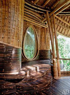 Каркас дома сделан из толстых стеблей бамбука, стены, пол и потолок обшиты корой тонких побегов. В интерьере преобладают органические формы — например, двери сделаны в виде капель.