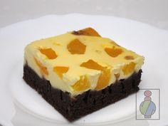 Rýchly a chutný šťavnatý koláčik. Postup je veľmi jednoduchý: jedno cesto v jednej miske, druhé v druhej miske zamiešať, cestá naliať na seba, posypať nakrájaným ovocím, upiecť, vychladiť a zjesť :)