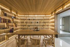 A casa tem três pisos, sendo que o piso superior é de exclusividade dos moradores, e os outros dois é ideal para receber os visitantes