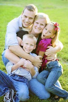 Family pictures, family posing, family portraits, crafts with pictures, cou Family Portrait Poses, Family Picture Poses, Family Posing, Family Photos, Portrait Ideas, Family Hug, Cute Family, Beautiful Family, Hugs