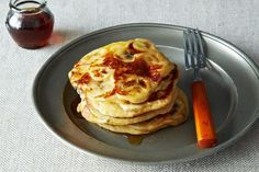 Whole-Grain Fruit-Laden Pancakes Whole Grain Pancakes, Fruit Pancakes, Banana Pancakes, Pancakes And Waffles, Baker Recipes, Fruit Recipes, Real Food Recipes, Yummy Food, Real Foods
