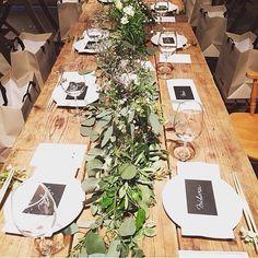 Hazuki(アビーウェディング)さんはInstagramを利用しています:「🍇 テーブルコーディネートは海外ウェディングの写真を参考にしました🌿 2部の席札は、セリアの厚紙をカットしてカリグラフィーぽく名前を書いただけですが、グリーンの装花や木目調のテーブルとマッチしてまとまりが出ました✨…」