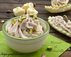 Lamousse di mortadella è una perfetta idea antipasto, da servire sia accompagnata da crostini che per riempire golose tartellette di pasta briseè!! Si rea