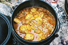 BESTANDDELE 15 ml sonneblomolie 15 ml botter 9 hoenderdye (met vel) 2 uie, in ringe gesny 3 knoffelhuisies, grofgekap 5 kardemomsade 1 stuk pypkaneel 1 lourierblaar 5 ml fyn gemmer 1 rooibrandrissie, fyngekap 5 ml matige kerriepoeie. South African Dishes, South African Recipes, Indian Food Recipes, Africa Recipes, Braai Recipes, Cooking Recipes, I Love Food, A Food, Kos