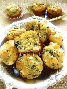 Muffins with spinach and feta-colors on your plate Baby Food Recipes, Cooking Recipes, Good Food, Yummy Food, Romanian Food, Bread And Pastries, Healthy Meal Prep, What To Cook, Food Lists