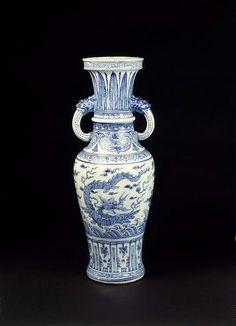 Blue and white porcelain altar vase, Ming dynasty, late 15th century.Height: 67 cm.FE.6-1986.© V Images.