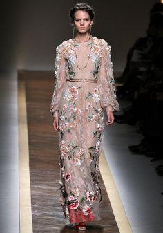 Le défilé Valentino printemps-été 2012, robe longue romantique à fleurs