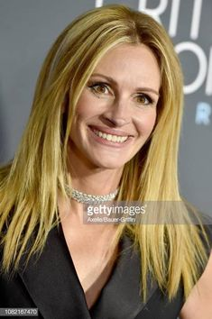 Julia Roberts attends the 24th annual Critics  Choice Awards at Barker  Hangar on January 13 8fc740bc90
