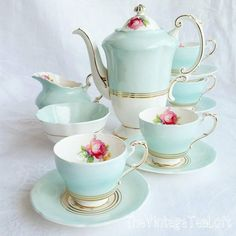 Best Tea Sets Decoration Ideas For Your Awesome Living Room Shabby Chic Colors, Shabby Chic Homes, Shabby Chic Tea Set, Vintage Pyrex, Vintage Teacups, Vintage Dishes, Décor Antique, Décor Boho, Teapots And Cups