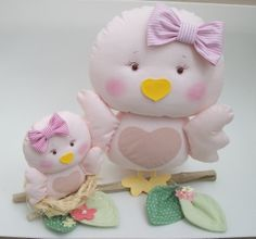 Lindo enfeite para quarto de bebê, nicho,mesa de festa, nicho ou decoração em geral.   Dois passarinhos representando mamãe  filhote em tecido.,ninho em cisal, galho natural .  Mede aproximadamente 20cm de altura x 27cm de base(galho) X 13cm de produndidade R$ 73,00