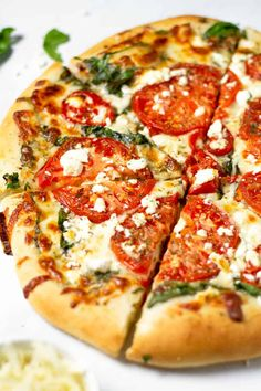 Ready in just 25 minutes - this quick and easy vegetarian tomato pizza has olive oil base, with sliced garlic, fresh spinach, cheese and tomatoes. Feta Pizza, Spinach Pizza, Vegetarian Pizza, Spinach And Feta, Vegetarian Recipes, Healthy Recipes, Healthy Food, No Knead Pizza Dough, Making Pizza Dough