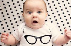 Cat-Eye-Brillen mit Kette als Motiv für den Strampler
