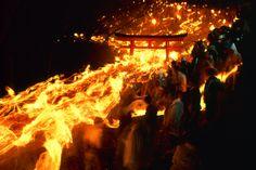 「熊野御燈祭 - 和歌山県新宮市神倉神社 - 毎年2月6日」県指定無形民俗文化財。熊野の神々が、降臨した巨岩のご神体「ごとびき岩」のある神倉神社。源頼朝が寄進したという538段の急な石段を上がると、ご神体「ごとびき岩」が太平洋を見据えています。「お燈まつり」は、毎年2 月6 日夜に行われる神倉神社の例祭で、その歴史は古く、全国の火祭の中でも最も古い勇壮な祭です。夕刻に白装束の上り子(あがりことも言う)たちが松明を手に熊野速玉大社から阿須賀神社へ詣て神倉山に集結します。午後7寺に祝詞奏上、迎火松明に点火され、上り子たちの松明に順々に火が移されます。玉垣内で待機した上り子たちの千数百本の松明が天を焦がすばかりとなったとき、門が開かれ538段の石段を我先にと駆け降ります。全山が火の海と化した神倉山から、籠が下り降りるような壮観な眺めは、新宮節には「お燈まつりは男のまつり山は火の滝、下り竜」と唄われています。