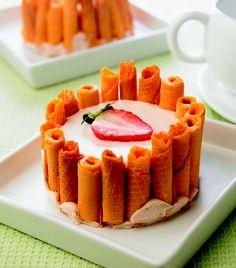 Mousse de fresa con chocolate blanco rodeado de galletas tipo barquillo...