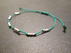 He encontrado este interesante anuncio de Etsy en https://www.etsy.com/es/listing/130812681/tiny-sterling-silver-friendship-bracelet