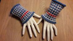"""Et par hurtigt strikkede pulsvarmere i den spændende teknik: vævestrik. Mønsterer er meget nemt da der kun strikkes med en farve af gangen. Der strikkes på 5 strømpepinde, men foretrækker du at bruge magic loop og strikke begge på en gang, kan det også lade sig gøre. Opskriften er i tre damestørrelser: S, (M) og L.   Kit indeholdende opskrift og strømpegarn: """"Blå 2""""(A), Vinterhvid(B) og Red Heart (til den røde tern). Håndfarvet Luksus Glitter Strømpegarn, Fin Merino, Nylon og Guld Stellina…"""
