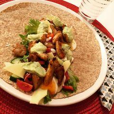Kylling sweet chili i (fullkorn) wrap 😋 Selvfølgelig med hjemmelaget guacamole 🥑 #tortilla #tacos #wraps #chicken #taco (@aktivmatglad)