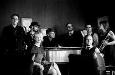 1.6. Kahden pennin orkesteri: Riemukas ja kaavoihin kangistumaton viihdejazzkvartetti Helsingistä. Yhtyeen musiikillisia esikuvia ovat viime vuosisadan puolivälin maineikkaat esiintyjät niin Suomesta kuin maailmaltakin, muun muassa Laila Kinnusen, Olavi Virran ja Edith Piafin tunnetuksi tekemät kappaleet. #eckeröline #suomi100 #elämyslaineilla #msfinlandia