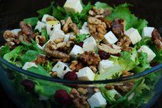 Dwie Chochelki: Sałatka z fetą i żurawiną Kung Pao Chicken, Mozzarella, Cobb Salad, Potato Salad, Salads, Potatoes, Ethnic Recipes, Food, Dhal