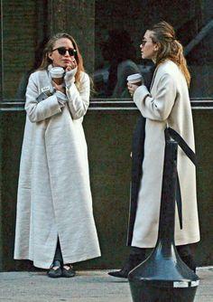 Não fumem, gente. Usem esse casaco.  Por que fumar faz mal pros seus pulmoesinhos mas usar esse tipo de casaco faz a gente melhor. Haha   Maxi coat. Sobretudo. Casaco longo. Irmãs Olsen.