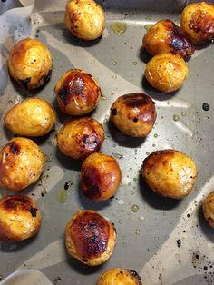 Måste tipsa om ett gott och enkelt tillbehör till grillat! Färskpotatis som rostas i ugnen tillsammans med honung, balsamvinäger, olivolja och salt. Hur gott som helst! Sätt på ugnen på 200 grader varmluft. Tvätta ca 2 kg färskpotatis, helst små! Låt torka och lägg på en plåt. Blanda ihop 2 msk olivolja, 1 msk honung, 1 msk balsamvinäger och 1 msk flingsalt i en skål och häll sen över potatisen på plåten. Blanda runt med händerna. Rosta potatisen ca en halvtimme. Vänd runt efter halva…