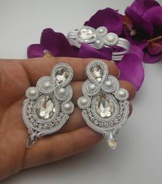 Pendientes_pulsera en la técnica soutache   **Proceso de elaboración**  soutache   **Materiales usados**  perles, cristales   **Tamaño/Dimensiones/Peso**  Pendientes 7,5/3,5 cm pulsera 15cm+3cm Handmade Beaded Jewelry, Boho Jewelry, Earrings Handmade, Bridal Jewelry, Jewelry Sets, Jewelery, Jewelry Design, Soutache Bracelet, Soutache Jewelry