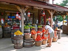 Maybe have a side yard or something where a farmer's market type deal can be set up so people can get fresh produce and cute nicknacks Farmers Market Display, Produce Market, Market Displays, Produce Displays, Produce Stand, Fruit Displays, Old Country Stores, Country Farm, Country Chic